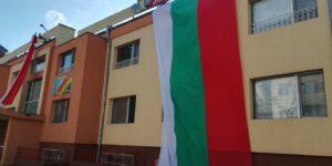 25-метров трикольор грейна върху фасадата на бургаска детска градина