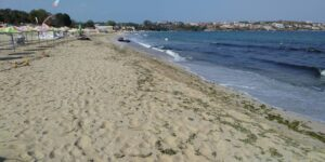 """Вицепремиерът Марияна Николова разпореди проверка на морски плаж """"Смокиня"""""""